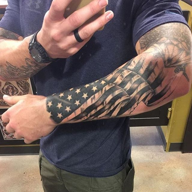tatouage drapeau homme avant bras