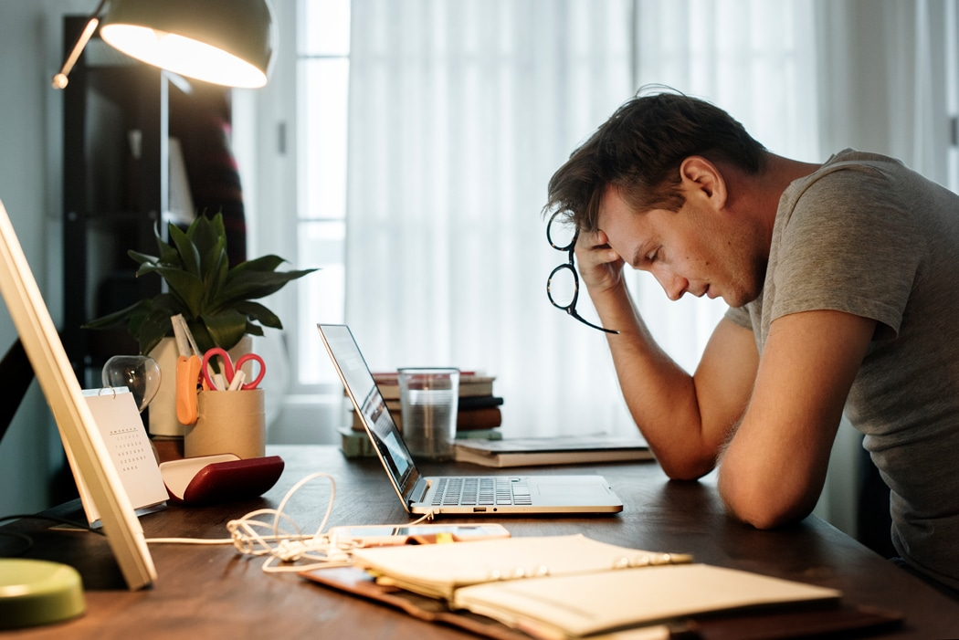 Homme stressé comment se relaxer