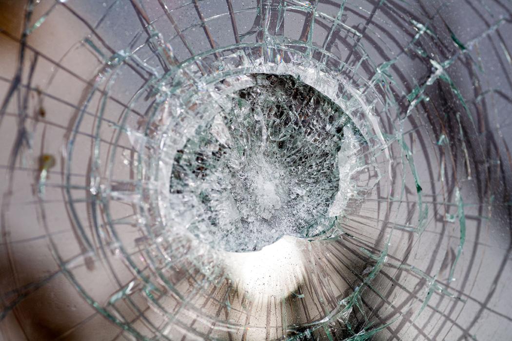 Pare-brise impacté : réparer soi même ou passer par un pro ?
