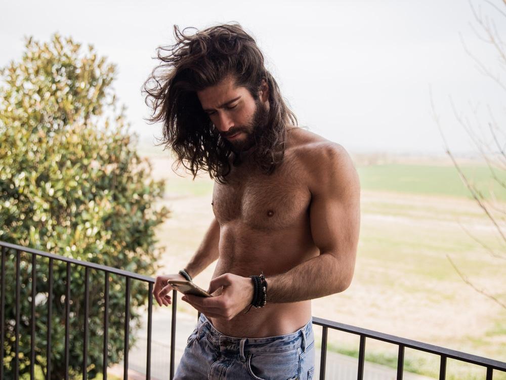 astuces pour entretenir une coupe de cheveux longs homme